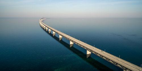 Öresundsbron som försvinner i fjärran. Flygfoto.